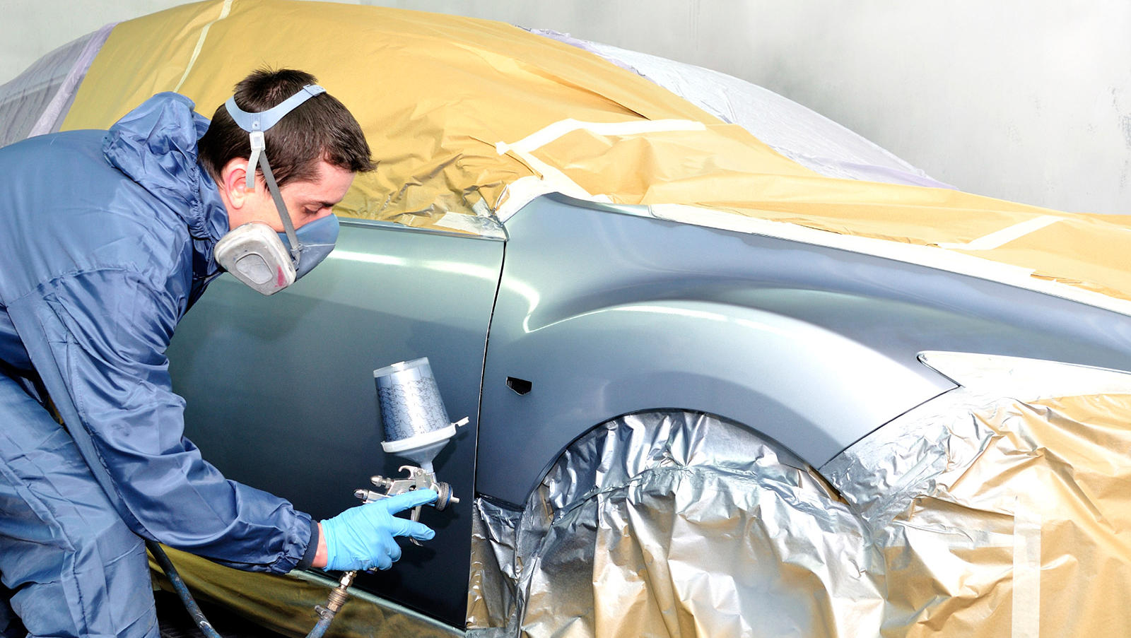 процесс ремонта и покраски повреждения